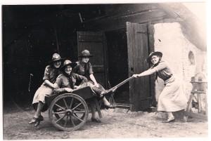 Welpenleiding Kizitogroep tijdens zomerkamp, 1950