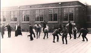 Eerste leiderscursus op plein van Moller-lyceum, 1930