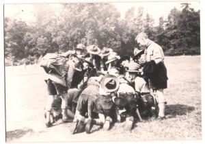 Kaartlezen van de verkenners van de Kizitogroep tijdens zomerkamp, 1955