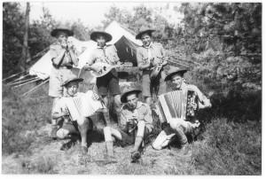 Musicerende verkenners van de St. Jorisgroep op kamp, 1955