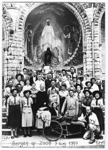 Voortrekkers en leiding St. Tarcisiusgroep als helpers bij bedevaart Lourdes, 1957
