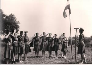 Opening van de dag tijdens zomerkamp gidsen Bernadettegroep, 1960