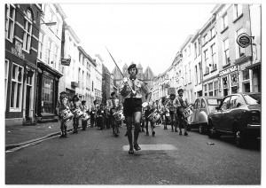 Kizito-drumband in de Lievevrouwestraat, 1973