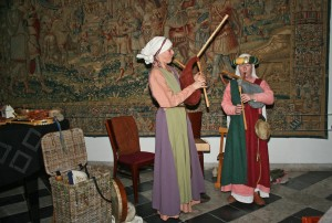 Wronghel en Wei verwelkomde de bezoekers met middeleeuwse muziek en gebruikten daarbij authentiek replica's van middeleeuwse instrumenten