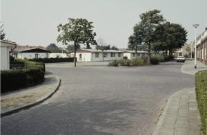 Maycretewoningen aan Heinsiusstraat bezien vanuit v.d. Spieghelstraat; 1983