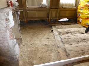 De kelderconstructie toont de contour van het eerdere huis dat hier stond