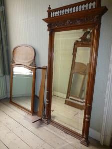 Vier spiegels maar  een veelvoud ervan stond verspereid in het huis