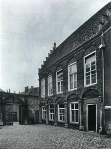 Een opname van de buitenzijde van de Herenkamer halverwege de vorige eeuw