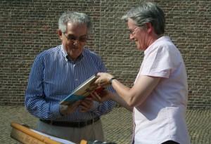 Twee stadshistorici met de nieuwste aanwinst voor de Bergse samenleving