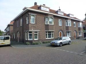 De 'kouw-erpel-buurt' kenmerkt zich door fraaie architectuur. Let op de ronde bovendorpels van de voordeuren, en zelfs in het tuinpoortje. Hiwer hoek Faurestraat - Paulus Bakxstraat.