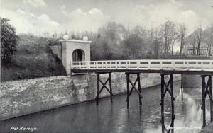 Ravelijn op den Zoom met de drie jaar eerder aangebrachte brug. De wal was in 1935 aanzienlijk minder begroeid dan thans.