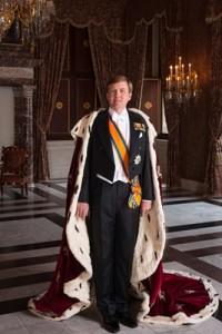 Koning Willem Alexander met koningsmantel