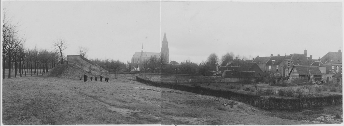 De 'berg van Zwart' (of Schwartz) gezien vanaf de Noordsingel (thv Begijnhofstraat) richting St Josephkerk. Rechts is o.m. het Kleine Hof te zien. Opname 1914. De wal is verdwenen bij de bouw van de huidige flat tegenover het ravelijn
