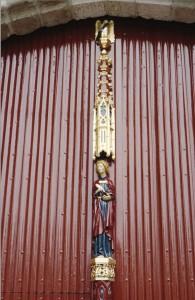 Bij de oplevering van het gerestaureerde Markiezenhof bood Korneel Slootmans de deurnaald aan. die werd gemaakt door G Kemperman. Afgebeeld is de evangelist Johannes, de patroon van Heer Jan en zijn zoon.