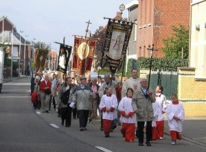 De Begankenis trekt vanuit Ossendrecht te voet naar Berendrecht in Belgie