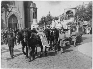Een van de praalwagens die tijdens de markiezaatsfeesten in 1938 door de stad trokken. Hier in de Stationsstraat hoek Bredasestraat