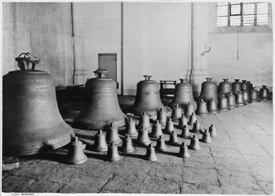 Het carillon dat in 1938 nieuw werd geplaatst. Slootmans wist het uit Duitse handen te redden door 'aan te tonen' dat het een middeleeuws carillon betrof (let op de opgegoten teksten op de grootste klokken). In 1944 is het alsnog door oorlogsgeweld vernield.