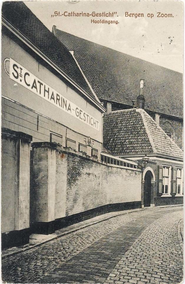 De hoofdingang van het Catharinagesticht in de Geweldigerstraat anno 1918. DE plek waar zuster de Bie begon