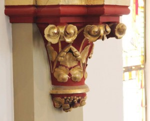 Het kleurenschema op de kapitelen onder de (houten) ribgewelven benadrukt de prachtige beeldhouwwerkjes eens temeer