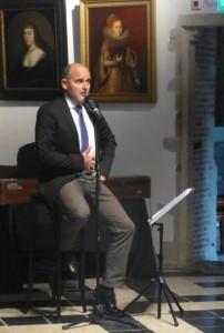 George Stander houdt zijn ingewanden vast bij het zingen van 'Oorlogsbrood' van Maudie Staal