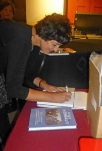 Ineke van Broekhoven werd verlegen van het verzoek van uw verslaggever om het boek te signeren.