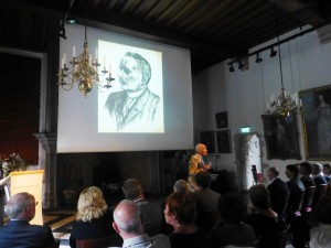 """Op 4 oktober 2014 wordt het boek Bergen betrokken"""" in de Hofzaal gepresenteerd. Ad heeft aan de totstandkoming ervan meegewerkt en stelt de beschreven personen aan de aanwezigen voor"""