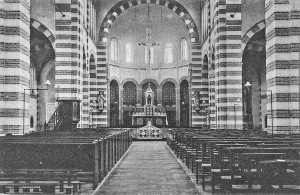 Deze opname uit 1913 toont een wat kaal interieur zonder de beschildering van het priesterkoor. Het afsluithek tussen de communiebanken is hier goed te zien, evenals de stoelen aan de rechterzijde die toen nog werden gebruikt.