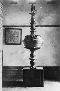 De doopvont stond oorspronkelijk in de ruimte onder de noordelijke toren, waar thans de Mariakapel is ondergebracht. Het voetstuk herbergt de koperen gedenkplaat waarop de reden van de schenking is vermeld.
