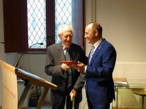 Herman Huismans geeft het originele manuscript in bewaring bij het gemeentearchief