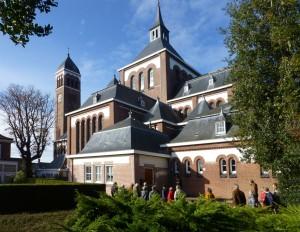 De vele daken op het kerkgebouw maken ook de buitenzijde tot een markant gebouw in het dorpshart