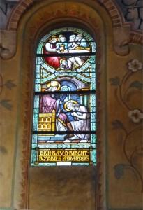 Een van de zeven glas-in-lood panelen op het priesterkoor, waarin de zeven sacramenten zijn verzinnebeeld