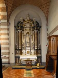 Het Quirinusaltaar stond eerder in de Martinuskerk en is anders dan verwacht, geheel van fraai beschilderd hout