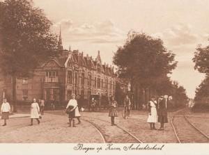 een prentbriefkaart uit 1912 met links naast de Ambachtschool het woonhuis van de familie Huismans op de hoek van de 'Zoomweg'