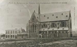 Deze foto uit 1910 toont de Martelarenkerk zonder toren(s)