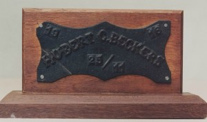 Het eerste gietstuk dat in de eigen gieterij van Beckers werd gegoten was deze gedenkplaat