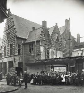 In 1918 zijn de bouwwerkzaamheden voor Het Reepken volop gaande. Door de opening in de schutting is de zijdeur op de begane grond al zichtbaar