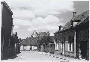 De Stoelematstraat gefotografeerd in 1950 is wonderlijk genoeg wat uit het geheugen weggezakt. Wonderlijk, omdat de woning rechts nu aan de Westersingel staan.