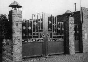 De toegangspoort tot de haardenfabriek aan de Moerstraatsebaan (thans Buitenvest) voor de toegang werd verplaatst naar de Ravelstraat
