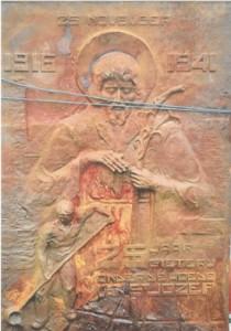 Een van de historiestukken is de gietijzeren gedenkplaat van het 25 jarig jubileum die bij toeval bij een sloper werd ontdekt
