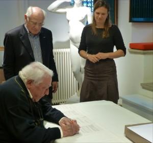 Piet Beckers tekent de overdrachtspapieren onder toeziend oog van Cees Boerhout (SIEB) en Mireille Franken (MHC)