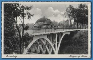 De brug aan de Van Overstratenlaan is na WO II niet meer teruggebouwd. Op de achtergrond staat nog immer bestaande villa de Rietvink