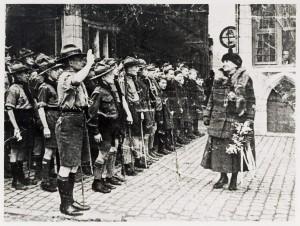 Scouts zingen Koningin Wilhelmina toe vóór het stadhuis in Bergen op Zoom