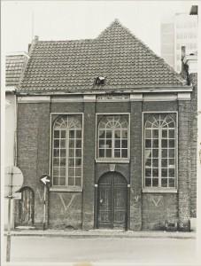De synagoge was in de tweede wereldoorlog beklad met (Duitse) V tekens die er blijkens deze foto in 1970 nog op stonden. Merk op dat onder de goot de Hebreeuwse tekst van de synagoge nog aanwezig is.