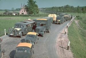 Het Duitse leger maakte bij de invasie gebruik van allerlei materieel. De oranje-gele doeken op de daken waren om de eigen voertuigen van de andere te onderscheiden voor jachtvliegtuigen