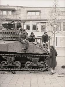 De bemanning op een Canadese tank trekt in de Roocklaan de aandacht van een Bergse schone. Of andersom?