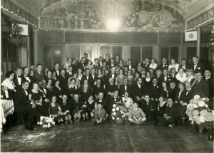 Een foto uit 1932 ter gelegenheid van het 100 jarig bestaan van de synagoge. Deze foto heeft de oorlog slechts kunnen overleven omdat hij achter een wand was verborgen