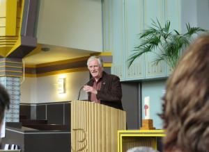 'Dominee' Jan Voorsluis spreekt zijn gemeente toe, en vertelt over het (gerestaureerde) gebouw