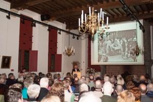 Een volle zaal beluisterde het verhaal van Jan van Oudheusden dat de afbeeldingen begeleidde