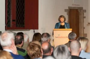 Anje van Buuren-Meinardi vertelt voor een muisstille zaal zeer bewogen over de lotgevallen van de Bergen op Zoomse Joden.