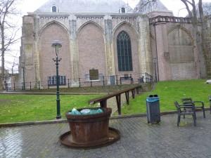 De waterloop symboliseert de reis van de amfoortjes vanuit het Romeinse heiligdom naar het offerven waar ze in werden gegooid